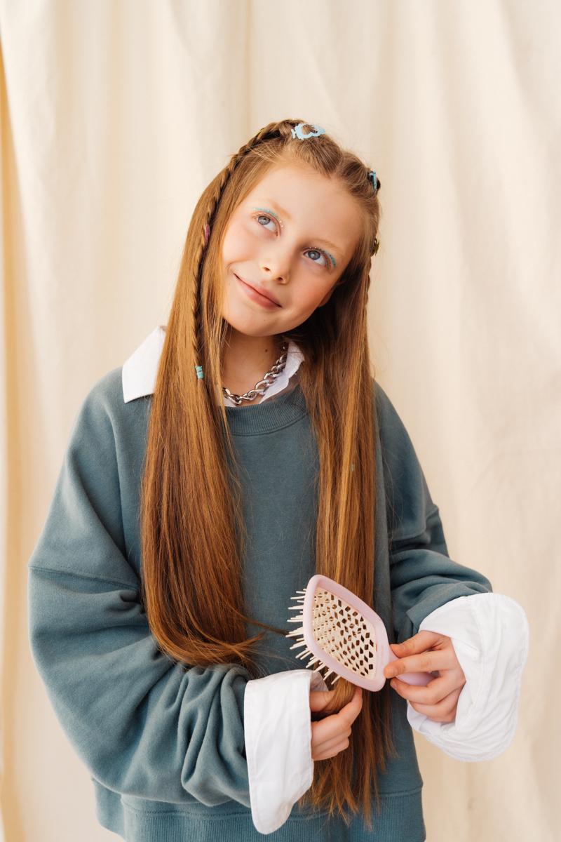 comment nettoyer une brosse à cheveux une fille qui peigne ses cheveux