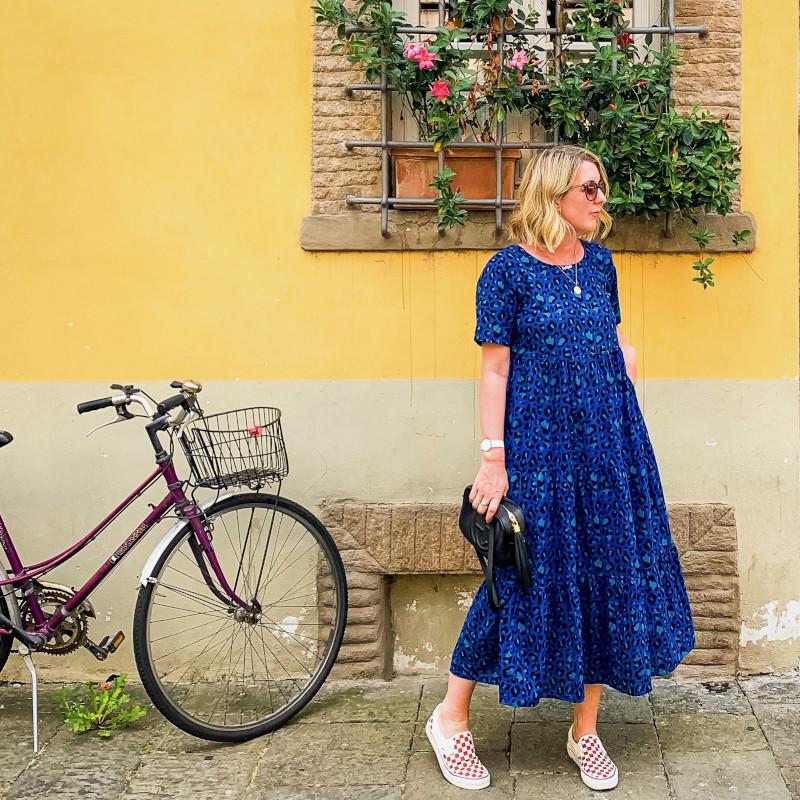 comment s habiller quand on a du ventre robe bleu foncé longueur chevilles baskets et pochette style casual