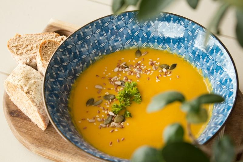 congeler des carottes soupe de carottes dans un bol bleu