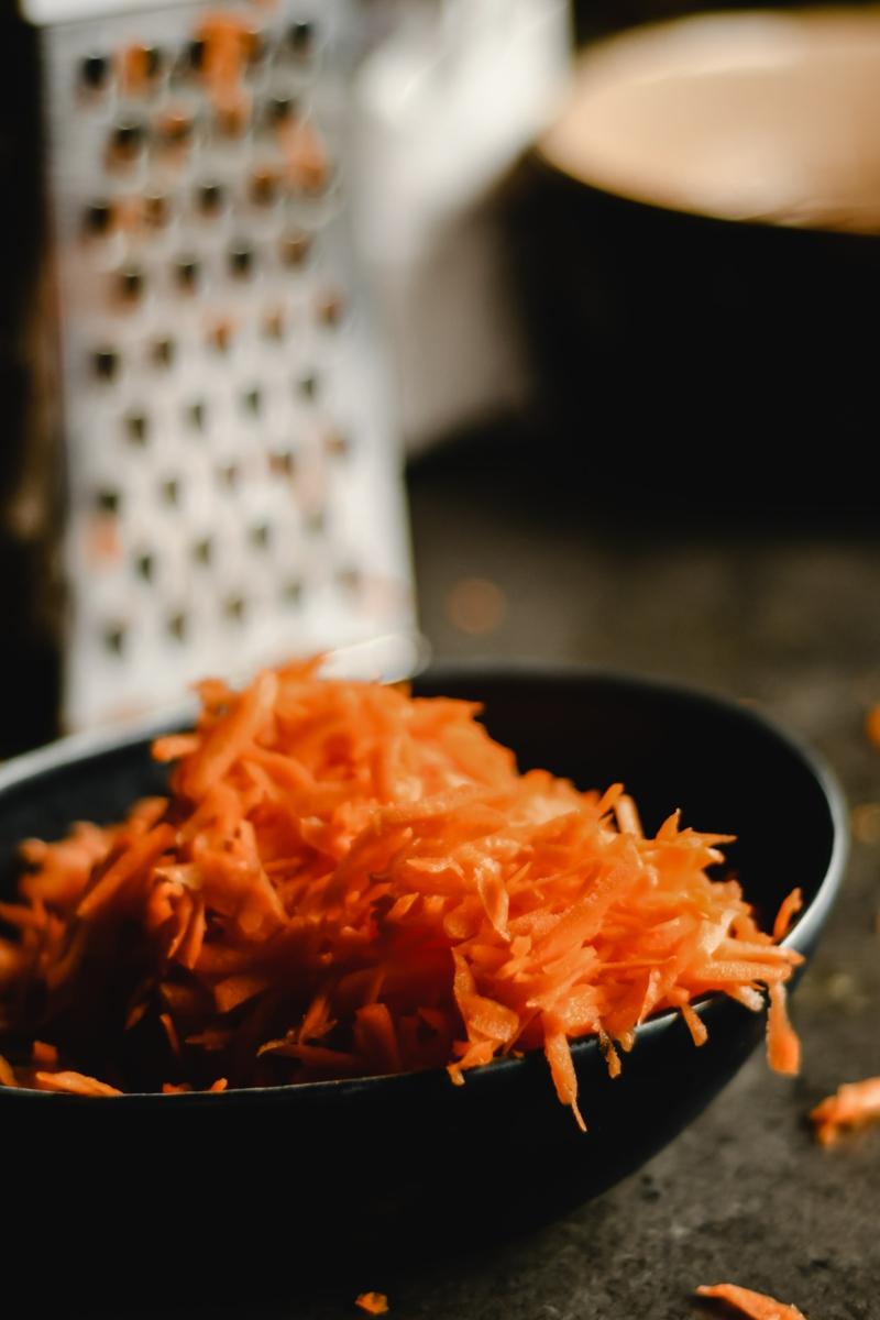 conservation carottes rapées râper des carottes dans un bol noir