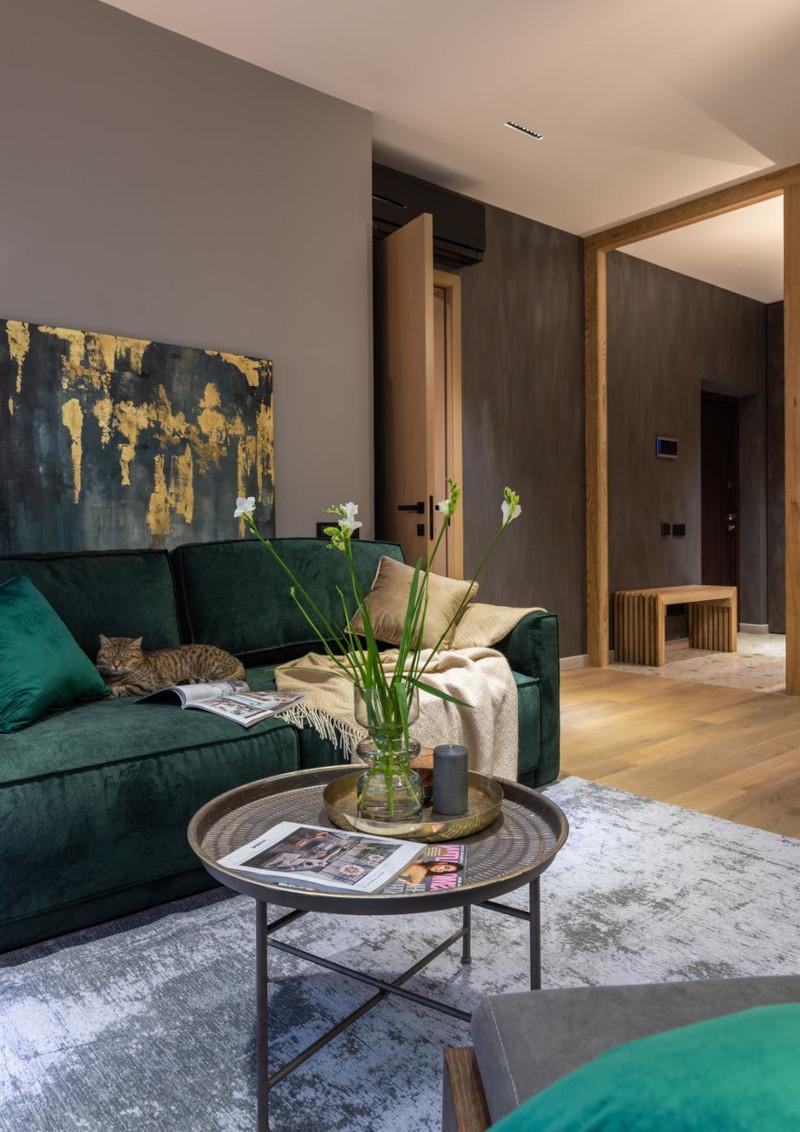 couelur tendance 2021 peinture salon de luxe canapé en vert bouteille mur taupe