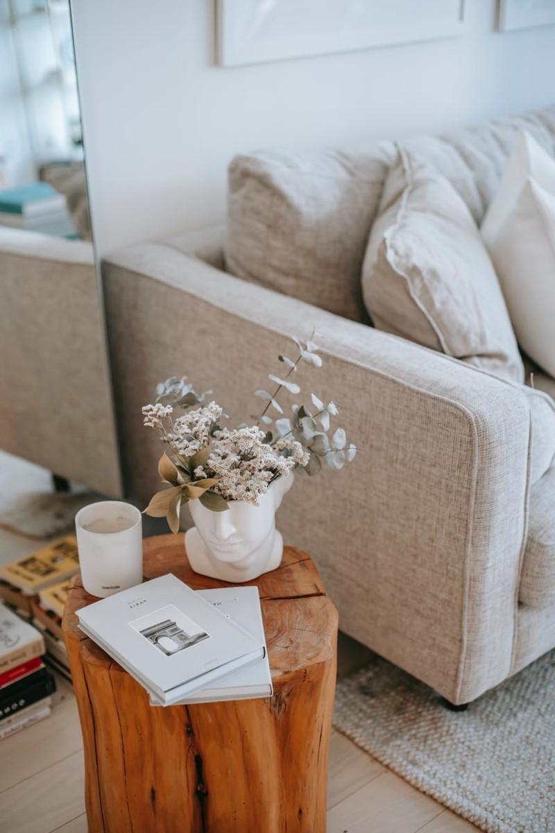 couleur canapé tendance 2021 en lin beige table d appoint original en bois