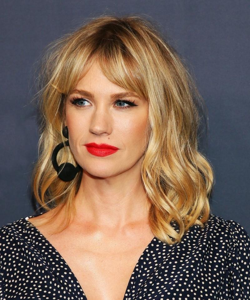 coupe au carré femme célébrité cehveux blonds racines foncées