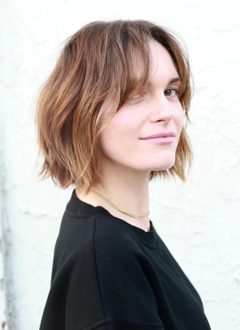 coupe de cheveux courts femme tendance carré plongeant dégradé avec frange