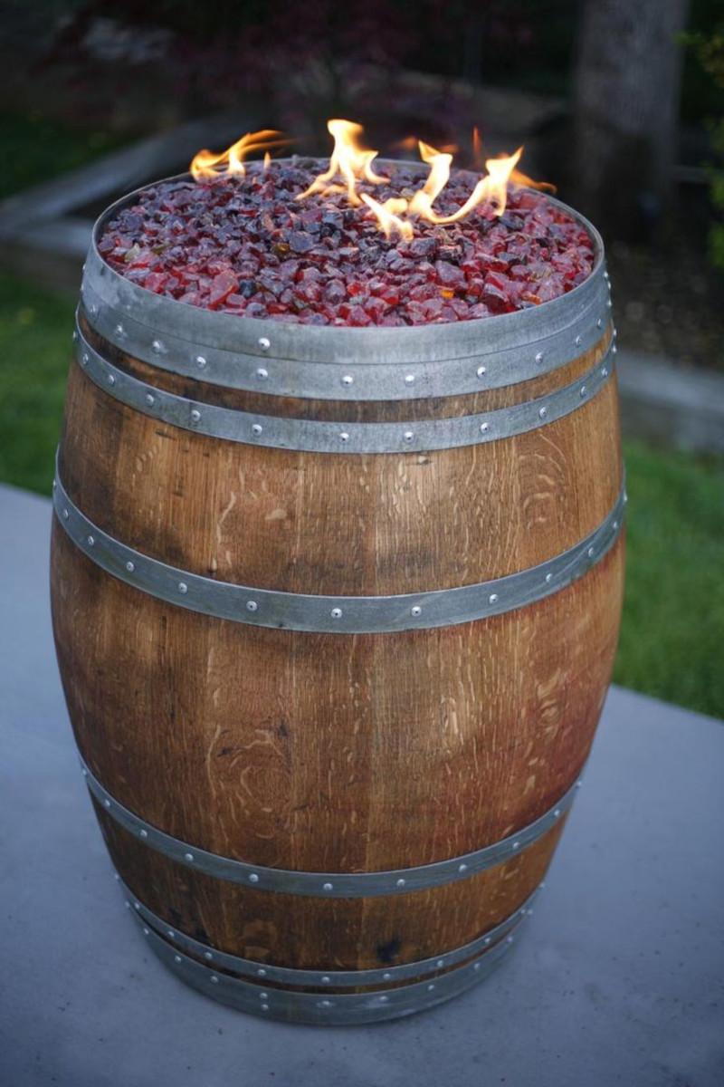 déco avec tonneau cheminée pour le jardin deco d extérieur feu pour ambiance romantique