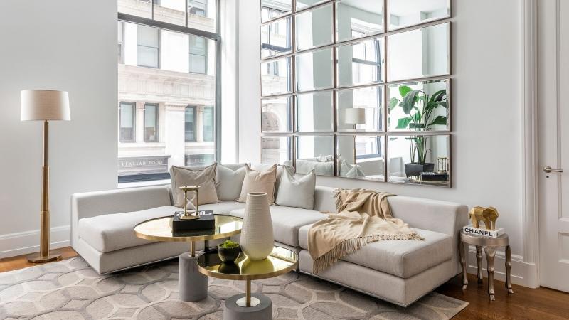 décoration salon blanc mur de miroir lampe sur pied doré canapé d angle