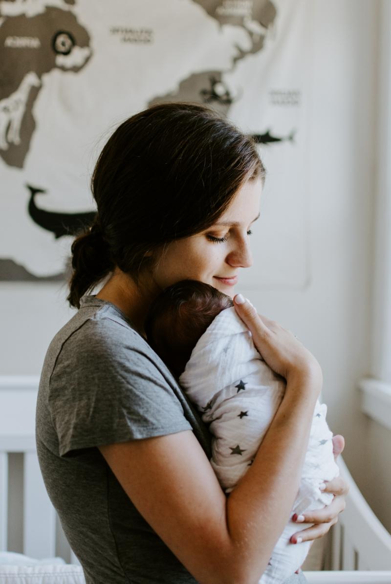 danger de la figue une femme qui embrasse son bébé