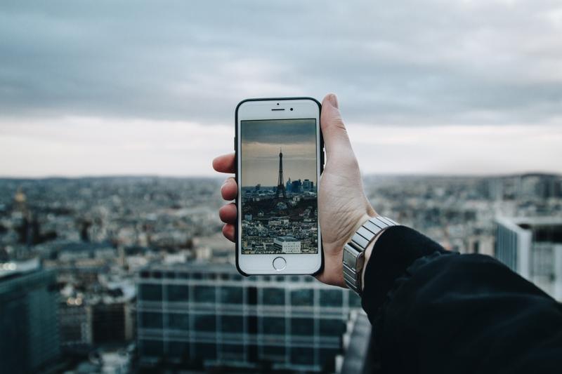declaration auto entrepreneur un homme qui fait une photo de la tour eiffel
