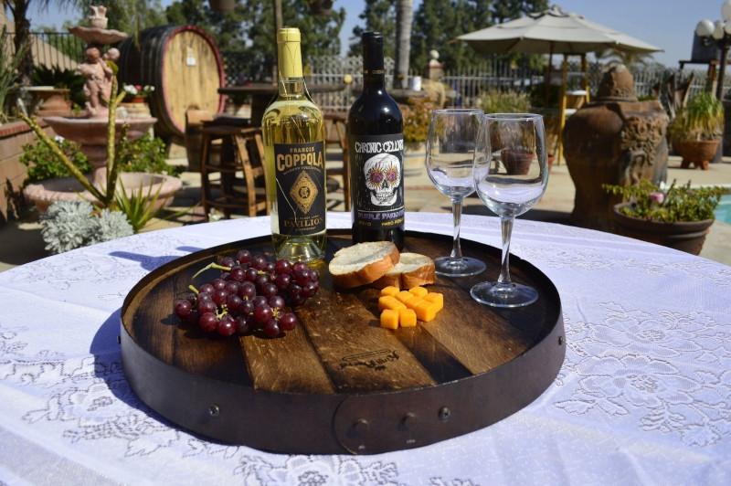 deco tonneau faire un plateau de service avec deux verres de vin raisin fromage bouteilles de vin