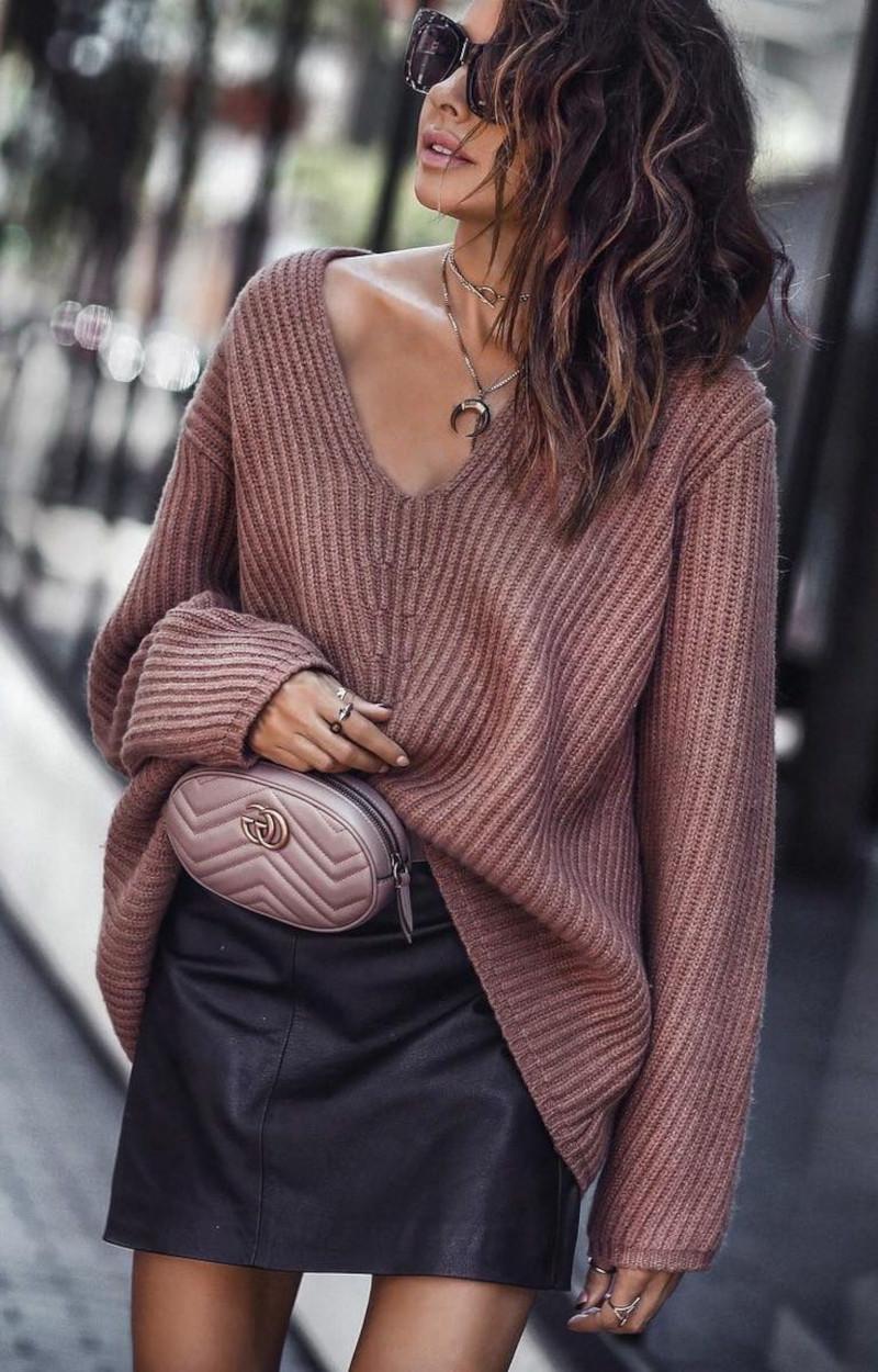 ensemble en maille pour femme pull en maille côtelée en rose poudre jupe en faux cuir