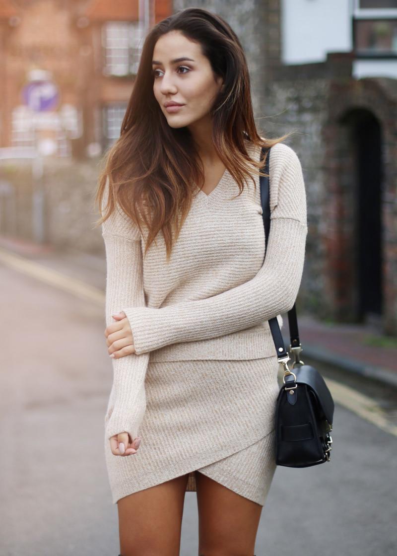 ensemble jupe et haut beige féminin sac à main en cuir noir cheveux délaissés
