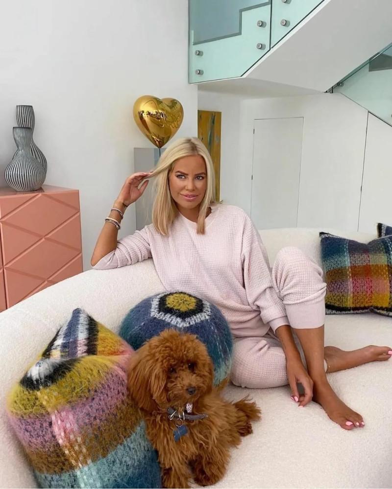 ensemble laine femme en rose poudré femme aux cheveux lisses et blonds salon moderne