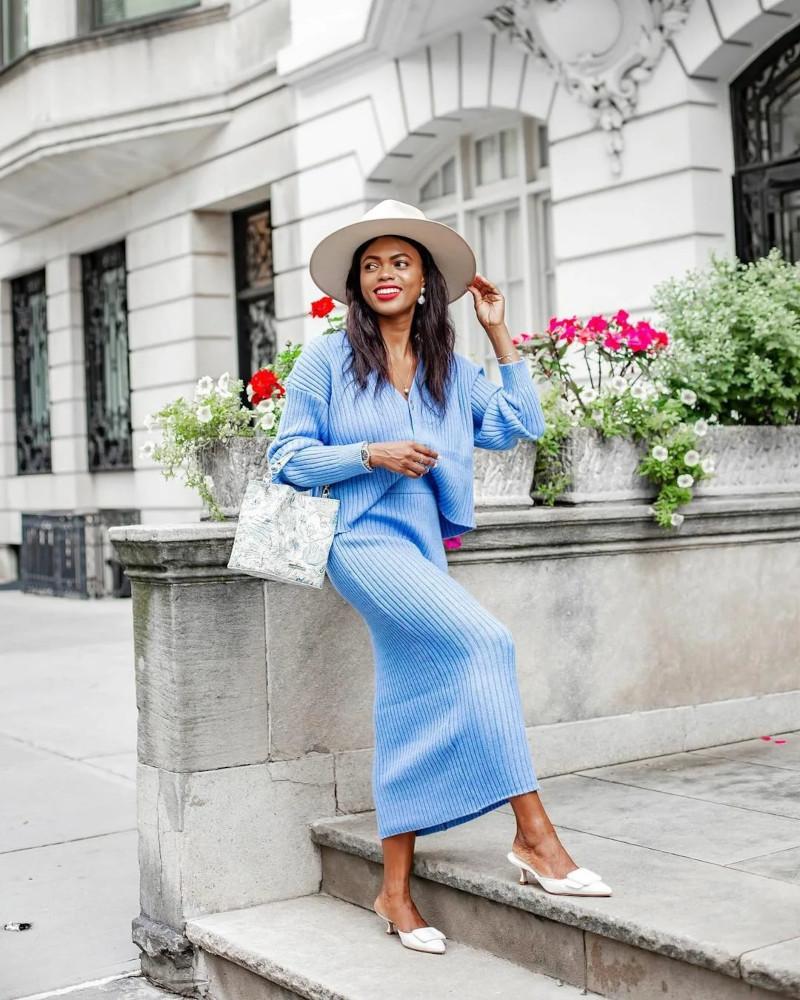 ensemble maille femme en bleu ensoleillé chaussures a bas talons blancs capelle blanche