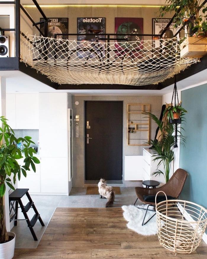 entrée porte noire amenagement salon 20m2 parquet bois peinture bleue