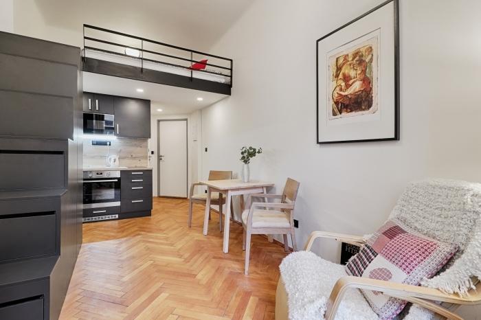 escalier noir rangement deco mezzanine chambre fauteuil bois