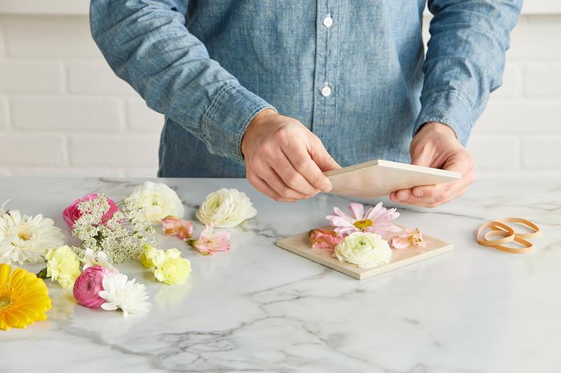 faire secher des fleurs au micro ondes entre deux carreaux de ceramique