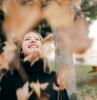 femme élégante une fille qui admire les feuilles tombant