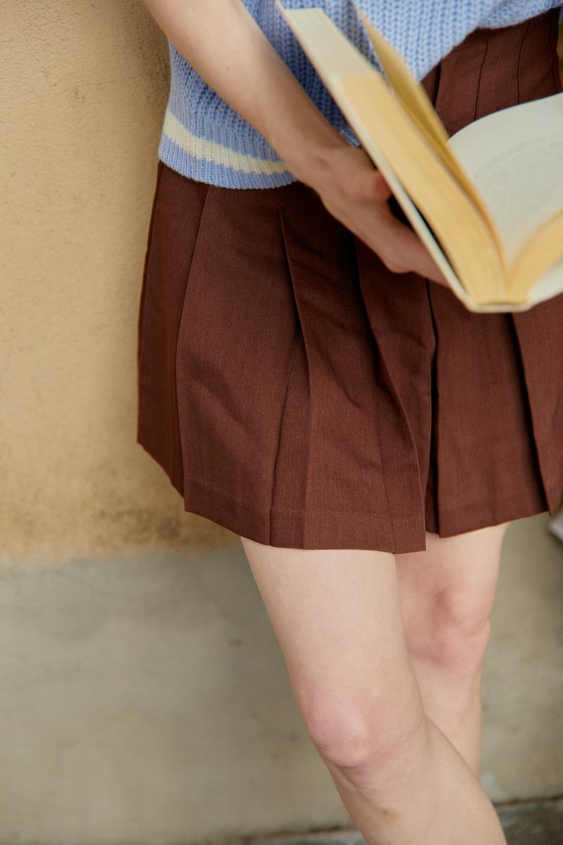 femme classe une femme qui porte un pull et une jupe courte