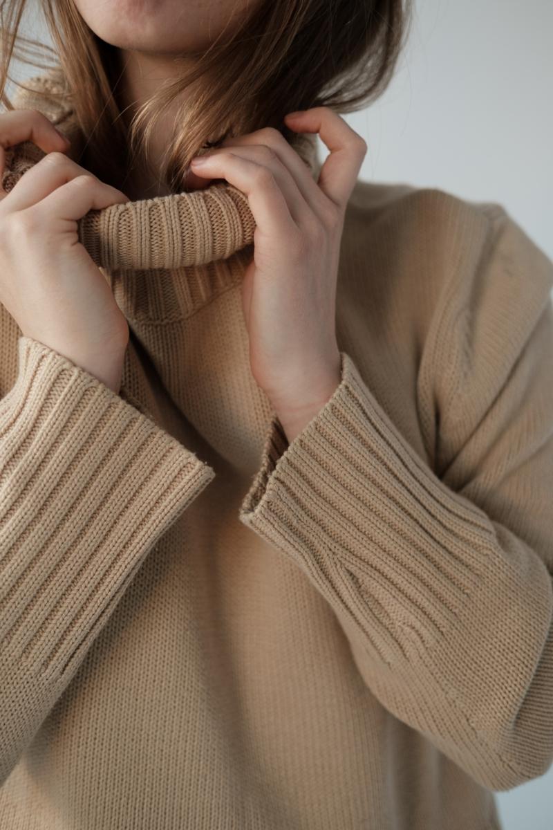 femme classe une fille qui porte un pull beige