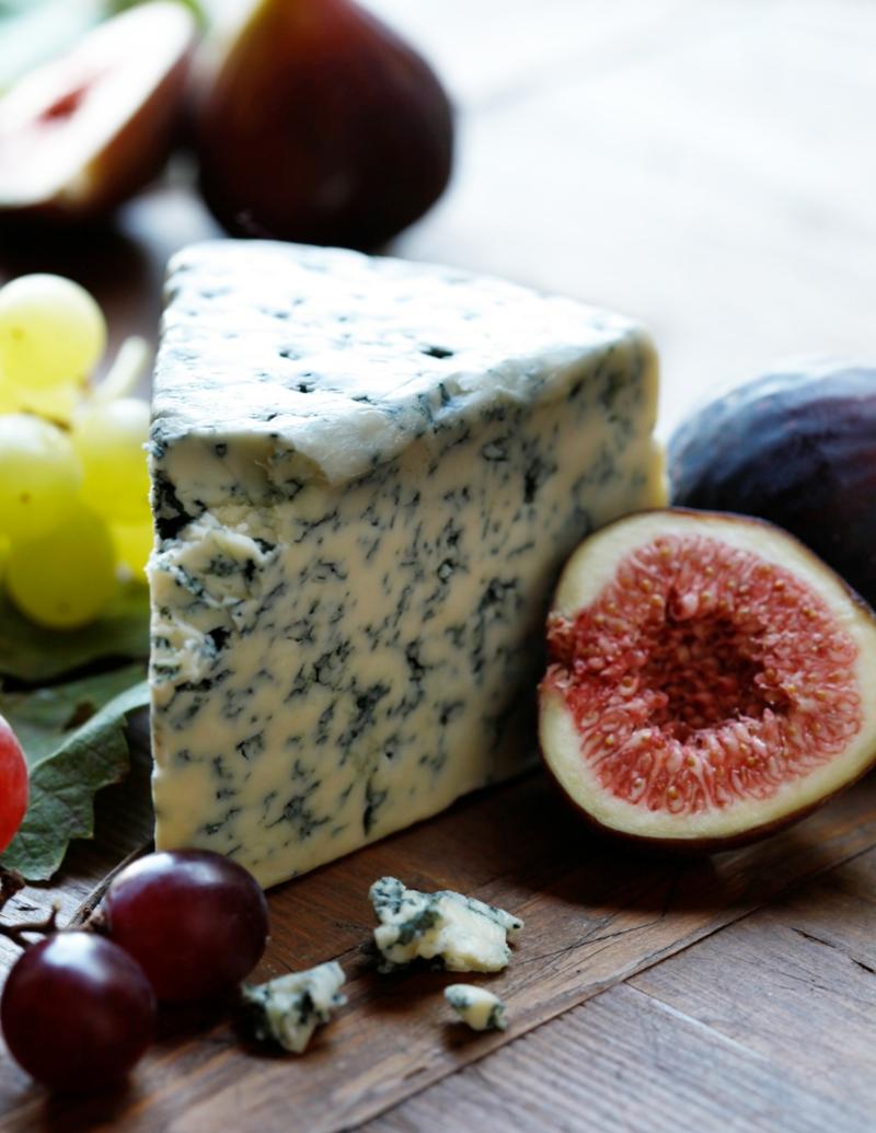 figues fraiches figue mariée avec du fromage bleu et du raisin