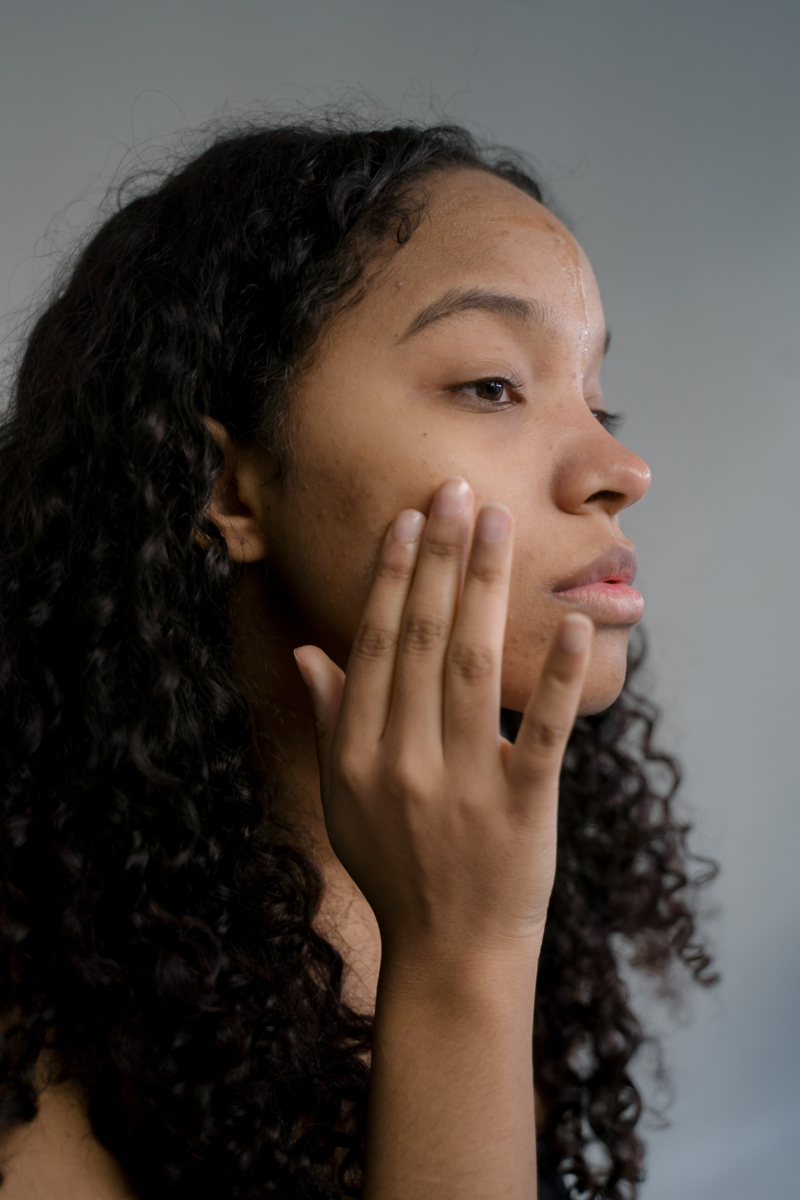 huile de ricin anti inflammatoire une fille qui applique de l huile de ricin sur son visage