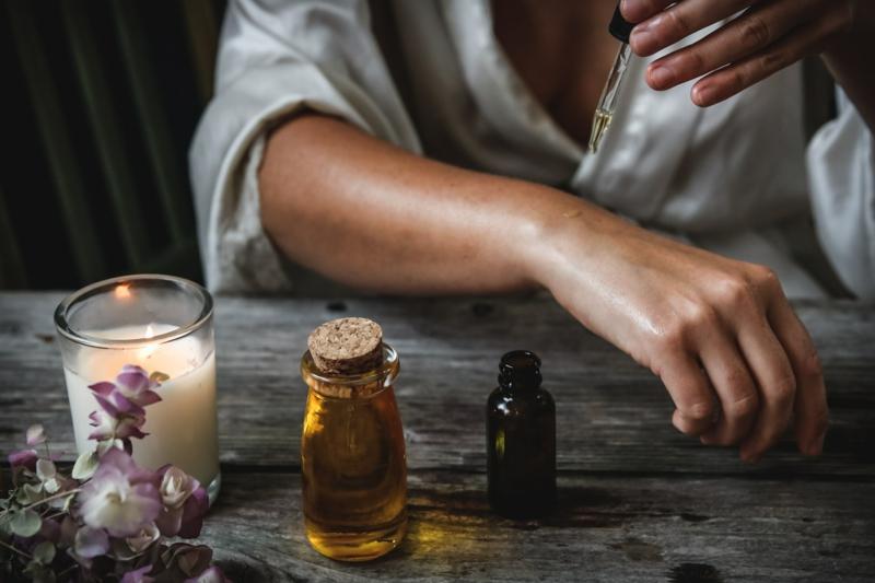 huile de ricin bienfait une goutte d huile de ricin sur la main