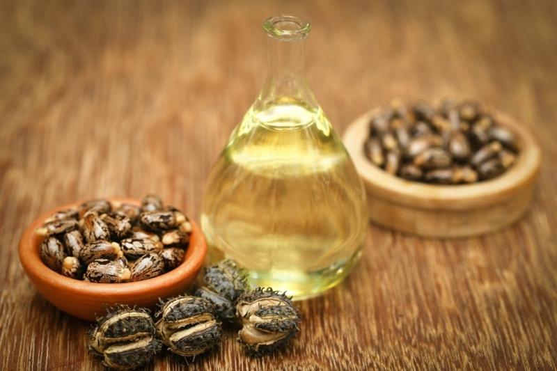 huile de ricin bienfaits un bocal d huile de ricin et ses grains