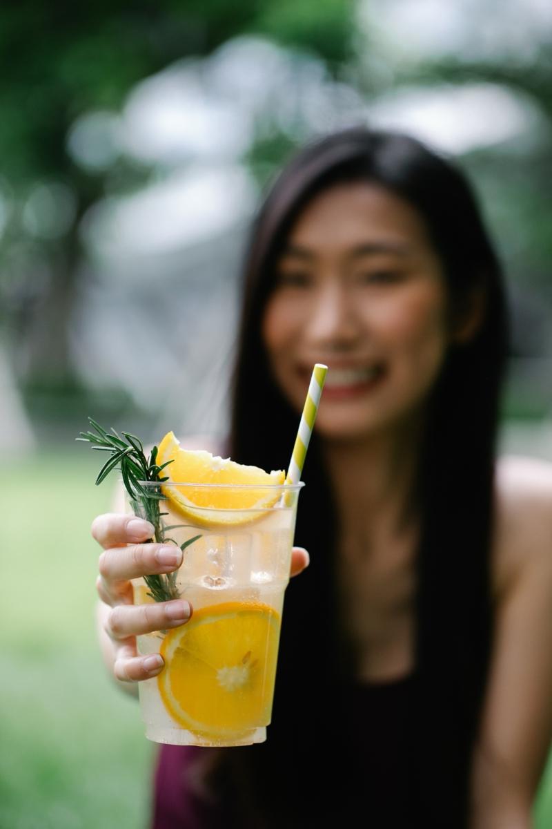 huile de ricin bio pressée à froid une fille qui boit un jus de citron