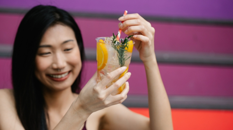 huile de ricin laxatif une fille qui boit de la citronade