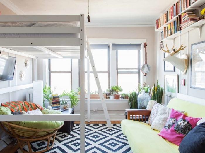 idée construire une mezzanine dans salon chaise ronde rotin