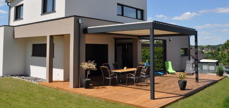 idée pergola bioclimatique alu adossée à une maison terrasse composite