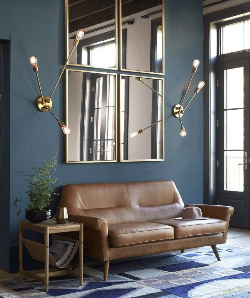 idee deco miroir salon peinture foncée éclairage moderne canapé cuir marron