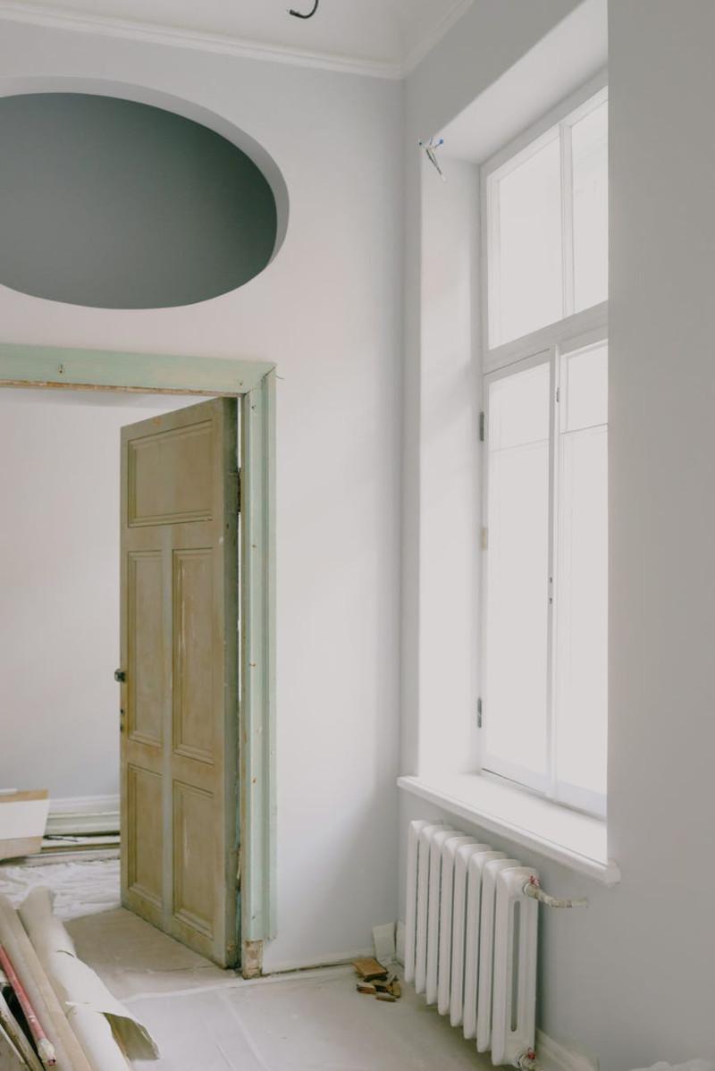 idee renovation appartement revetement du sol peinture en blanc sur les murs