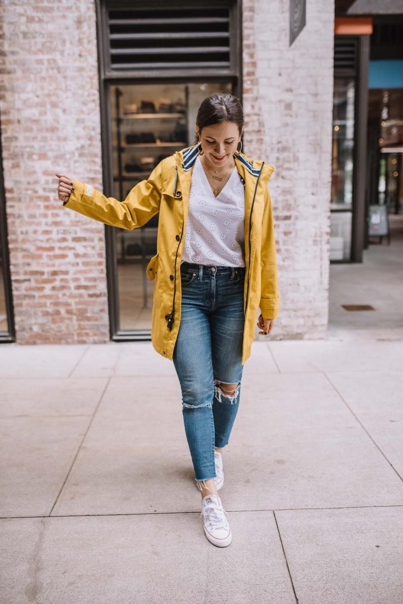 jeans troués blouson imperméable femme baskets blanches t shirt