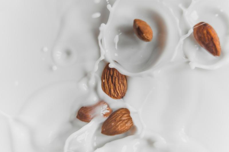 lait d amande bienfaits amandes qui plonge dans du lait