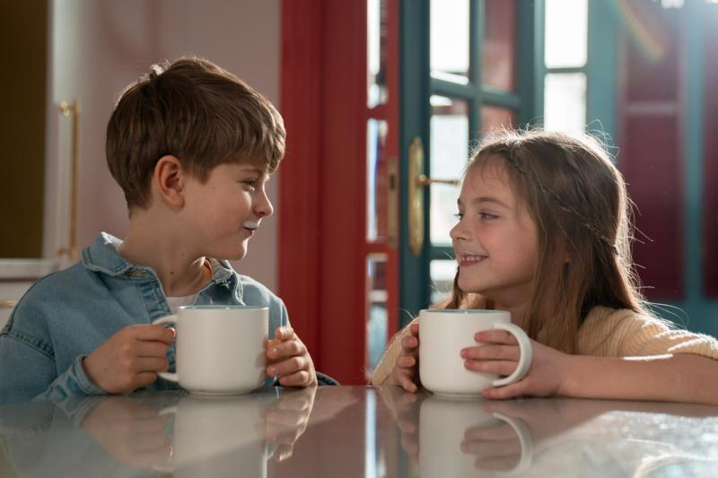 lait d amande bienfaits deux enfants qui boivent du lait