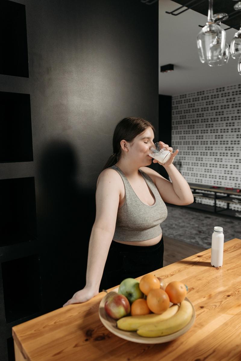 lait végétal le moins calorique une fille qui boit du lait d amande