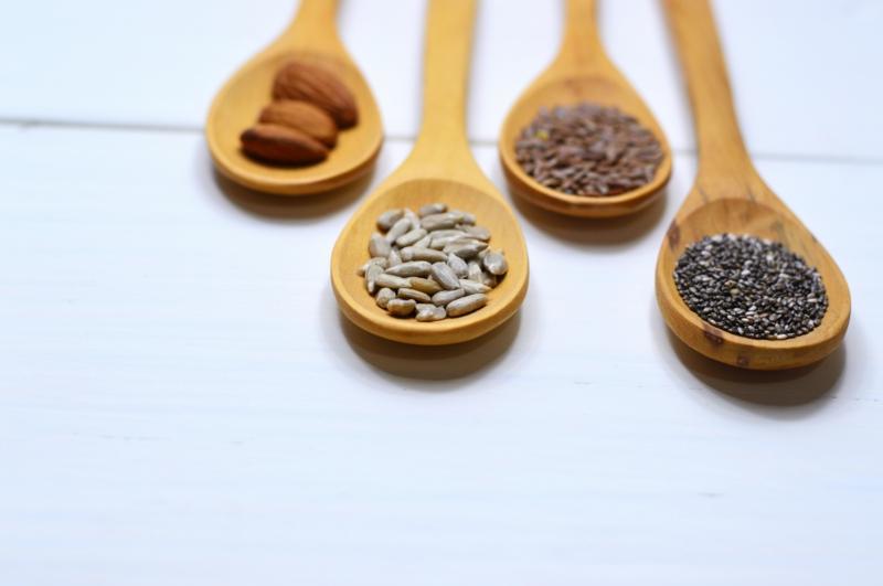 lait végétal noix et graines dans des grands cuillères en bois
