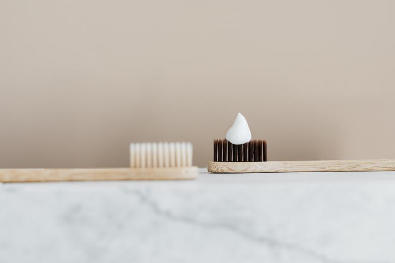 laver converse blanche produits nettoyage dentrifrice brosse a dents