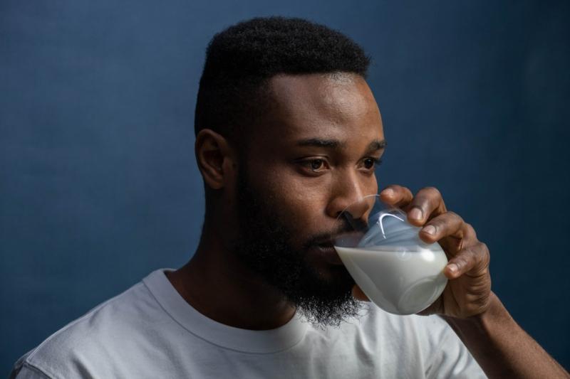 le lait fait il grossir un homme qui boit un verre de lait