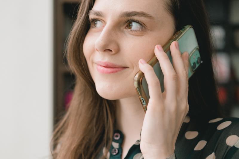 location maison vacances une femme qui reçoit un appel sur son portable