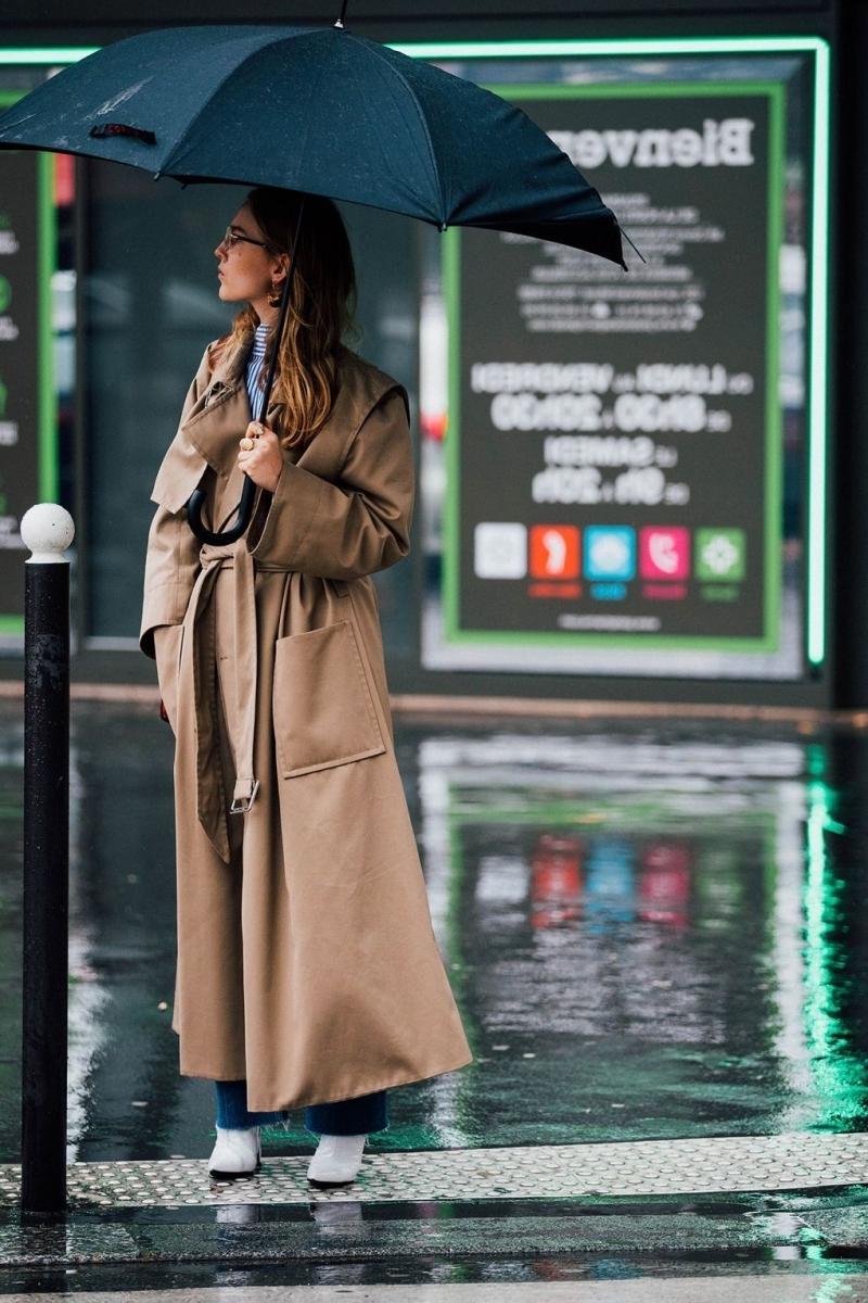 manteau marron bottes blanches comment s habiller quand il pleut
