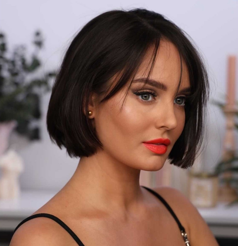 maquillage lèvre rouge coupe carré frange effilée