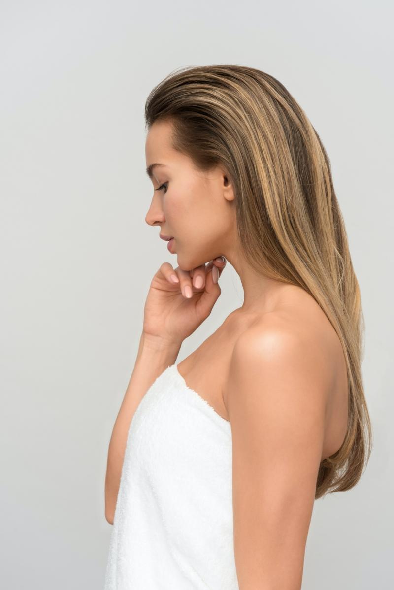 masque cheveux huile de ricin femme avec beaux cheveux blonds