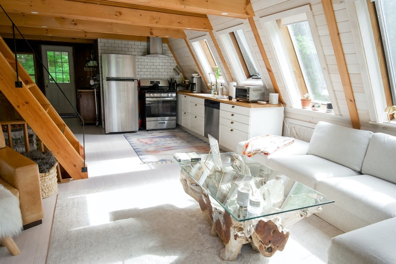 matières et surfaces réfléchissantes cuisine blanc laqué comment apporter de la lumière dans une pièce sombre
