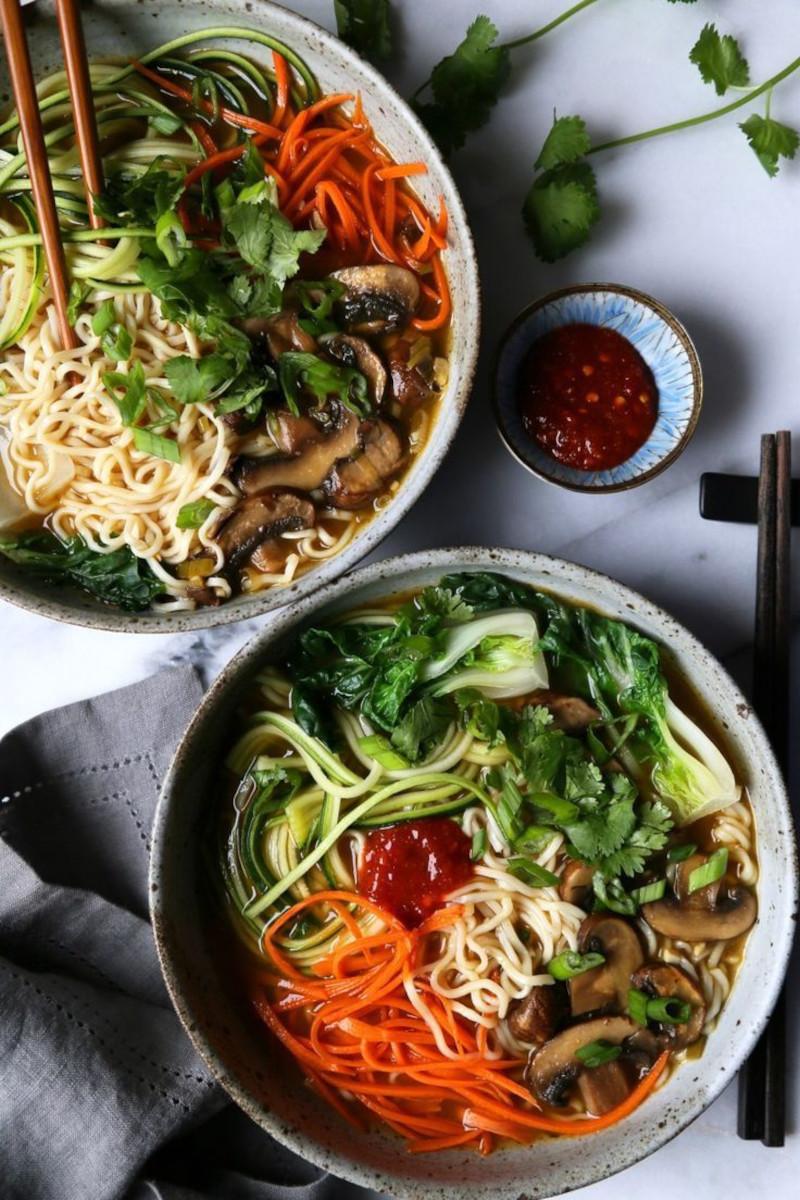 meilleures nouilles instantanées avec bouillon carottes concombre champignons
