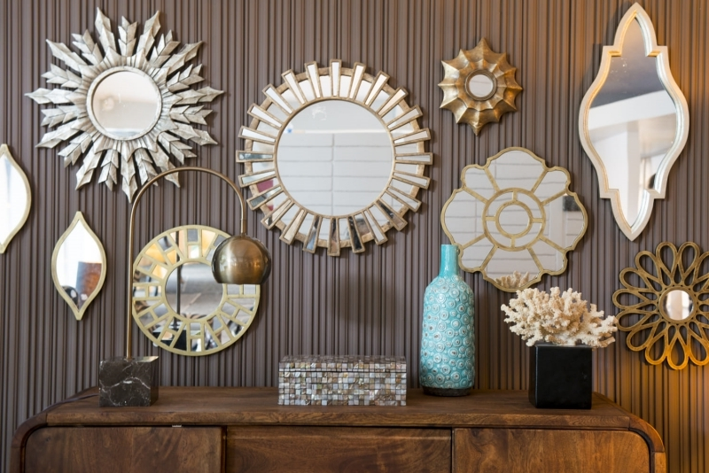 meuble bois brut foncé miroir au dessus buffet revetement mural vase turquoise