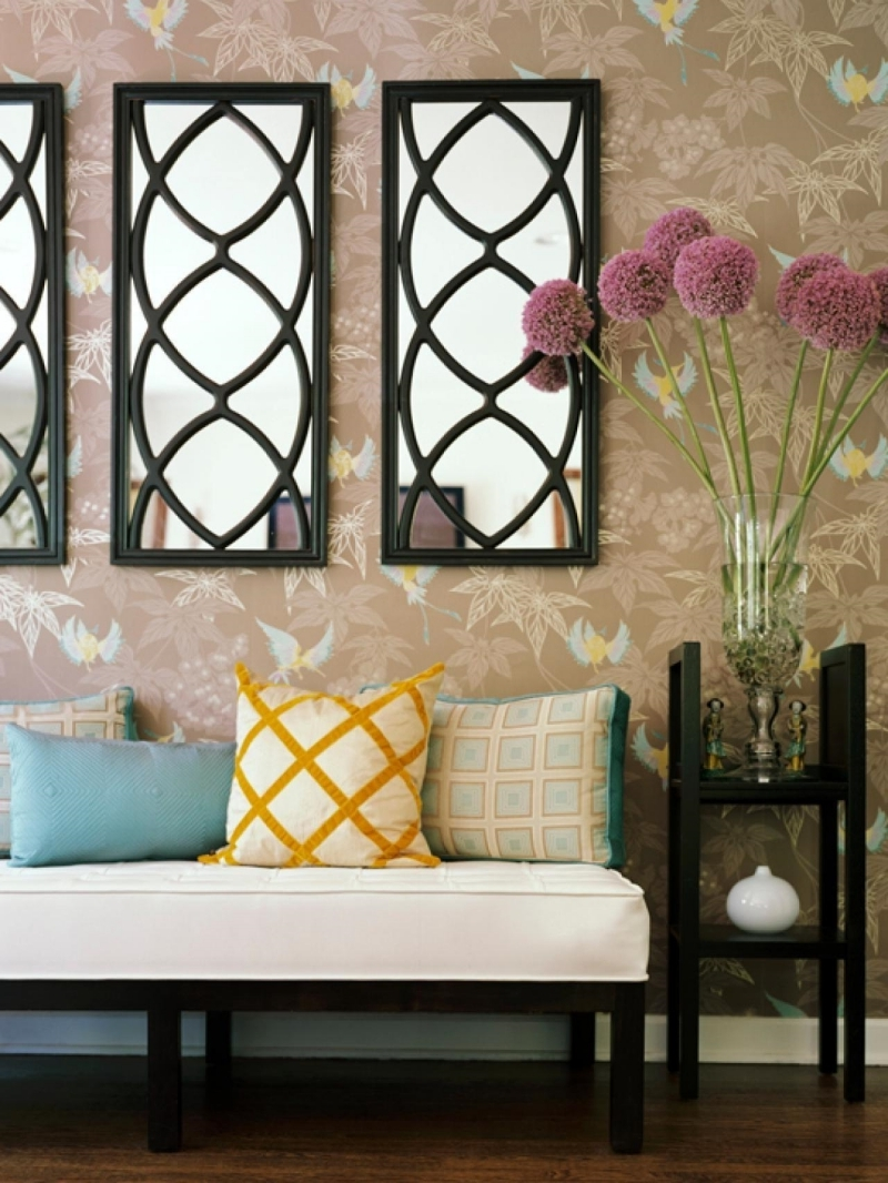 miroir au dessus canapé forme rectangulaire coussin jaune moutarde