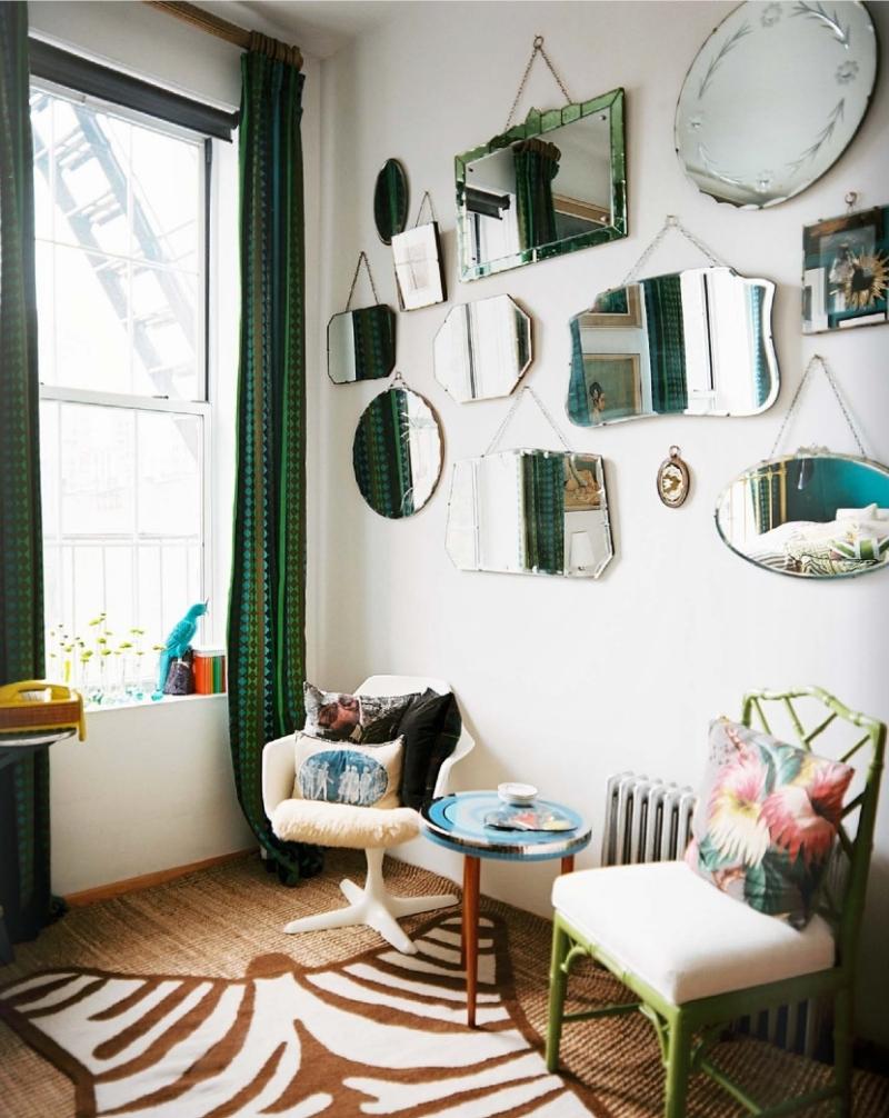 miroir deco salon tapis peau animale chaise verte rideaux