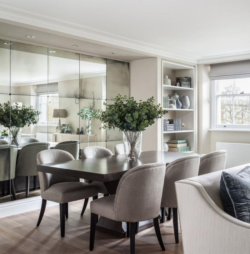 miroir salle a manger chaise grise tissu parquet stratifié spots led
